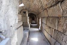 úzká chodba, kterou chodili účinkující a gladiátoři