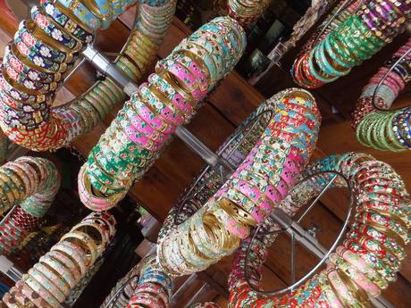 браслеты в магазинах, в которые мы должны были хотя бы зайти