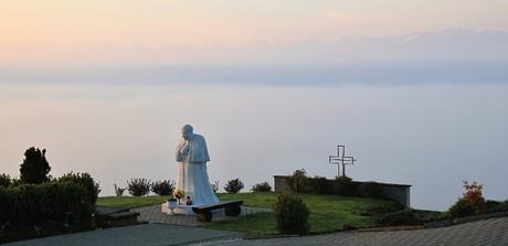 obec Klin - socha svätého Jána Pavla II.
