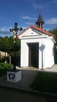 kaple v Nařežíně s křížem vyrobeným v komárovské železárně
