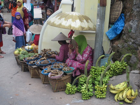 pestrofarebné trhy v dedine Colo