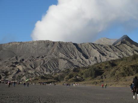 na kráter sopky Bromo vedou schody, k nimž můžete přijet na koni