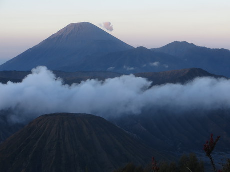 sopka Semeru také nepravidelně doutná