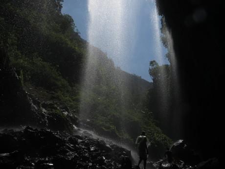 pláštěnka či plavky jsou nutností, navštívíte-li vodopády Madakaripura