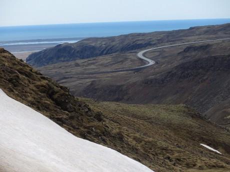 pohled k pobřeží z hor podél řeky Reykjadaluri