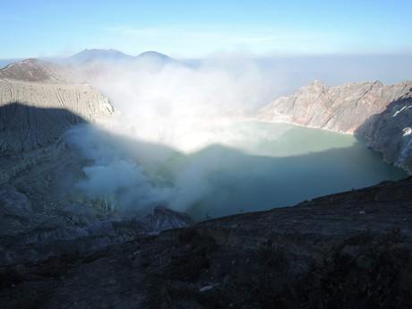 kráter sopky Ijen je neustále zahalen v dýmu