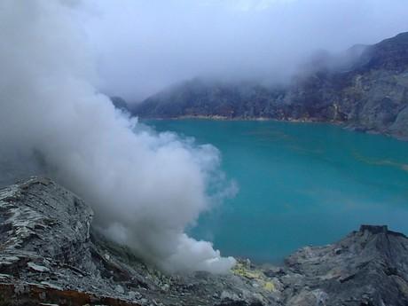 na dně kráteru je kyselé jezero