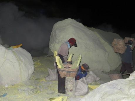 dělníci nakládající sirné kameny