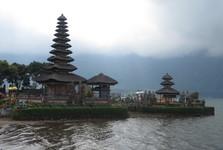 hinduistický chrám Ulun danu Bratan, který se nachází ve vesnici Candikuning