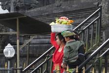 a Bali women carrying sacrifice