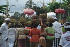 nastrojené hinduistické ženy nesou na svých hlavách obětiny