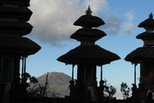 sopka Batur skrz hinduistický chrám