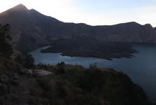 pohled na vrchol hory Rinjani (vlevo) a do kráteru