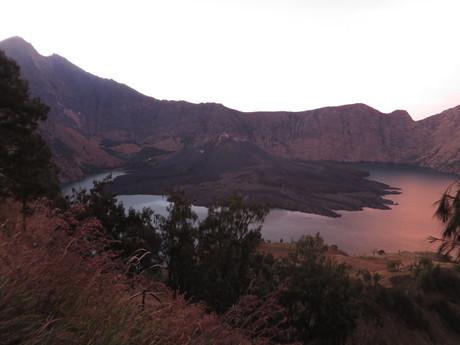 východ slunce nad jezerem Anak