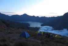jezero Anak se pomalu přikrývá naducanou mlhovou peřinou