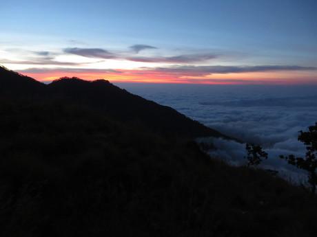 mraky obklopující jezero při západu slunce