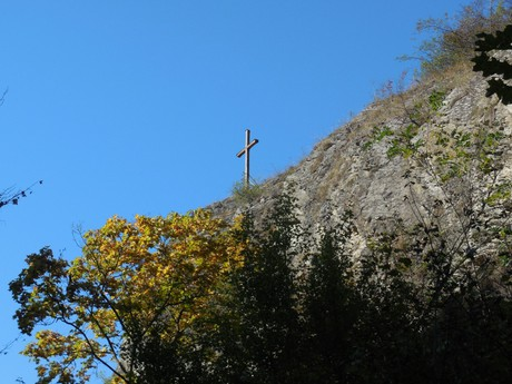 a cross on the cliff above the Dalejsky Creek