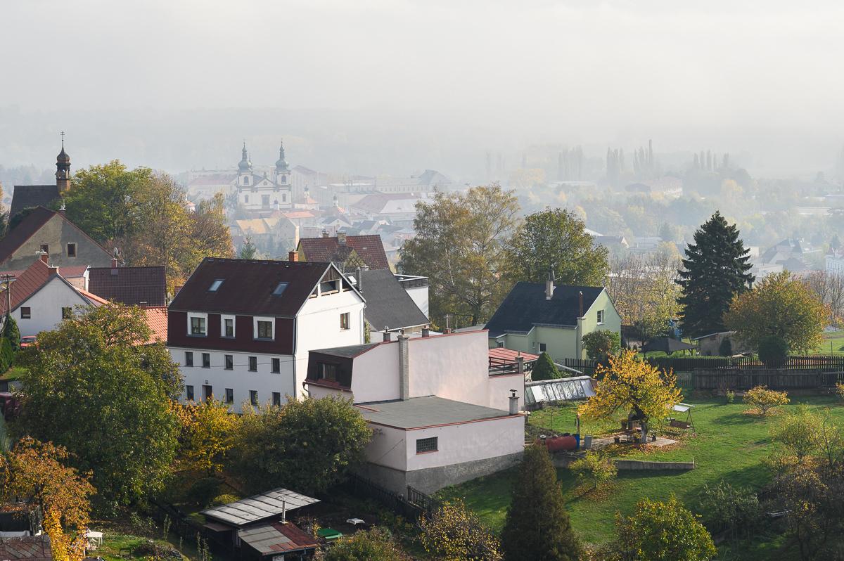 výhled z hradu, v pozadí kostel Panny Marie Bolestné