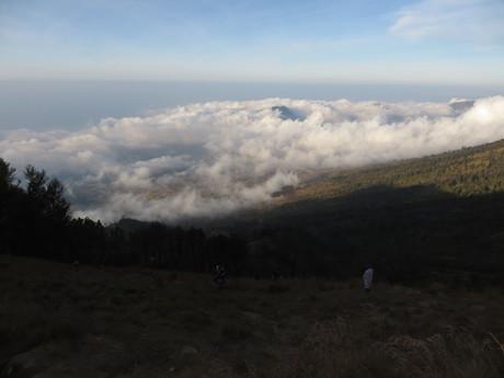 pohled zpět z pro dnešek cílového Sembalun Crater Rim kempu