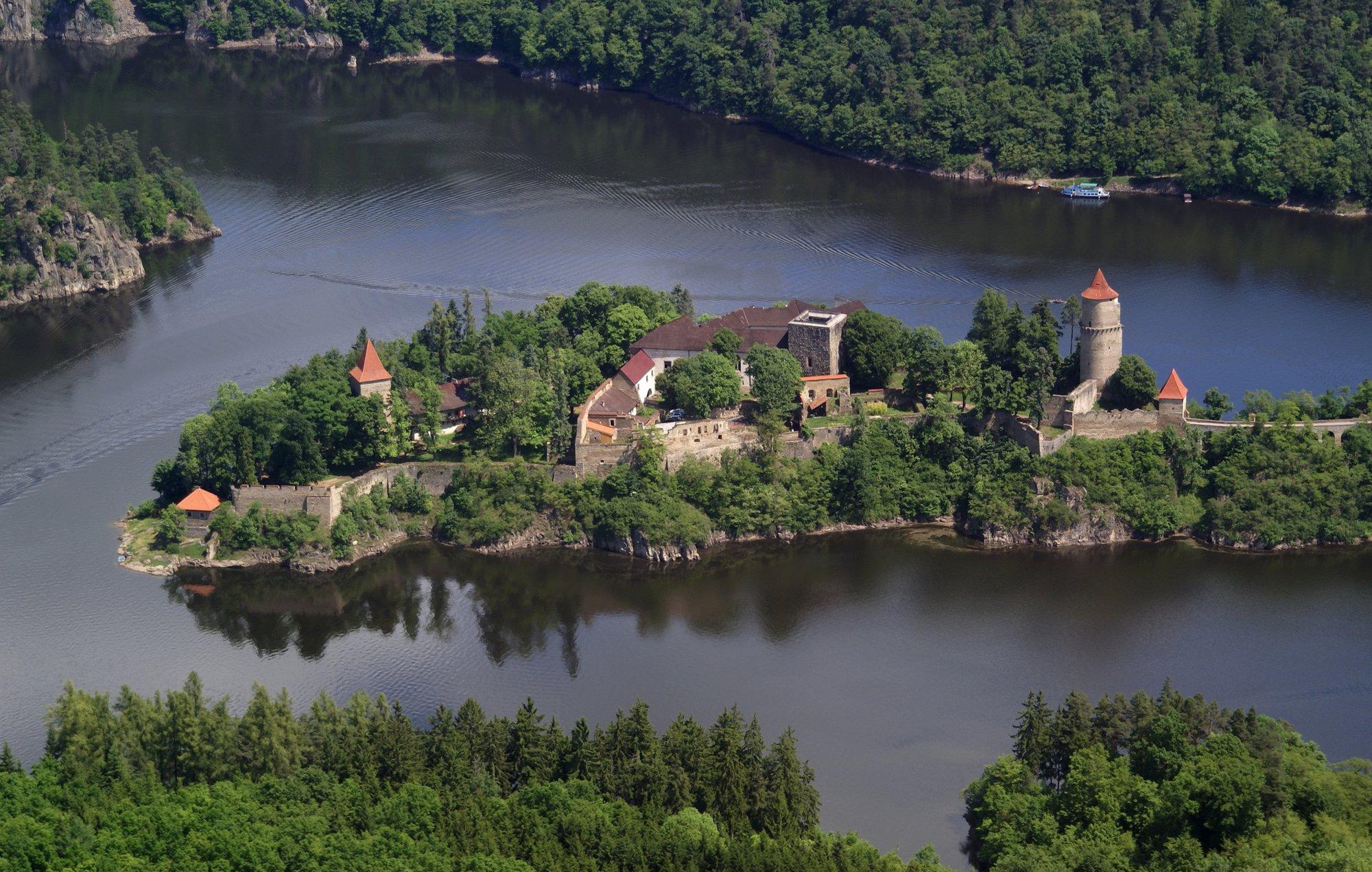 вид с воздуха на замок Звиков