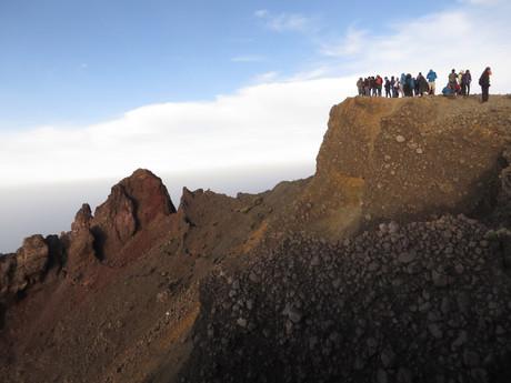 vrchol hory Rinjani je ze sypkého materiálu a vypadá velmi nebezpečně