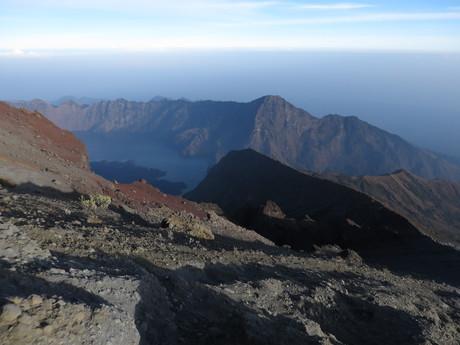 pohled na kráter a jezero Anak