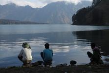 mladí rybáři na břehu jezera