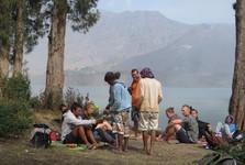 čekání na oběd na břehu jezera