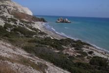 pobřeží lemují skalnaté věže