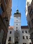 budova Staré radnice, hodinová věž, kamenný portál kamenný portál s pokroucenou fiálou