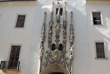 kamenný portál s pokroucenou fiálou