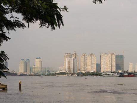 město ve smogovém oparu