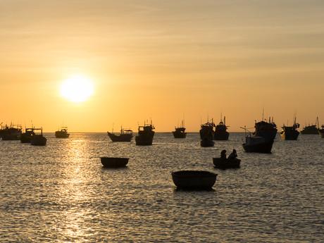 západ slunce v rybářské vesničce