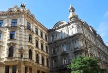 tři kokrhající kohouti na střeše budovy