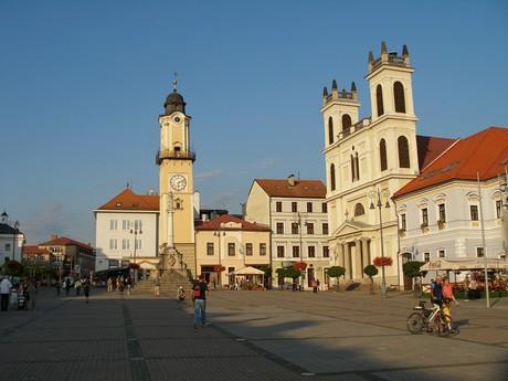 Банска-Быстрица – башня с часами и кафедральный собор Св. Франциска Ксаверия