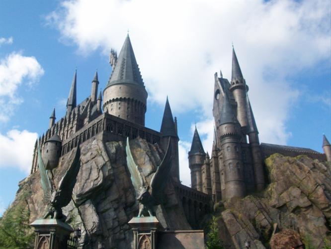 60c938545 Je to Čarodejný svet Harryho Pottera (The Wizarding World of Harry Potter).  Málokto asi neprepadol kúzlu sedemdielnej série ...
