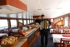 o zábavu na lodi sa stará živá hudba