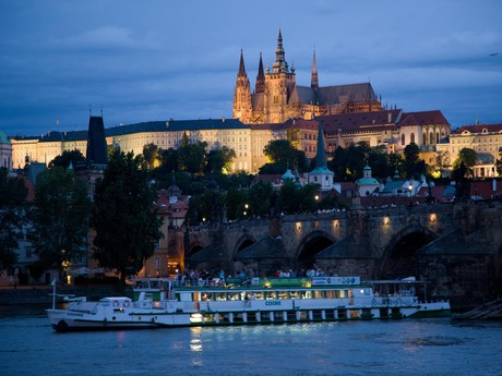 Pre oslavy, svadby a firemné akcie si je možné prenajať celú loď. Prenajímame parník Praha.