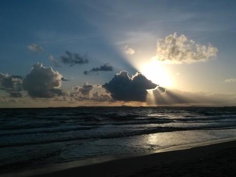 запад солнца на пляже