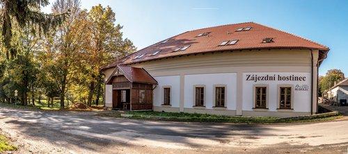Zájezdní hostinec ve své současné podobě po rekonstrukci nabízí kromě ubytování i restauraci, wellness a půjčovnu elektrokol.