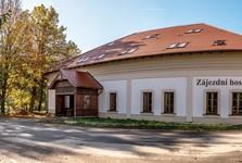 Zájezdní hostinec ve své současné podobě. Po rekonstrukci nabízí kromě ubytování i restauraci, wellness a půjčovnu elektrokol.