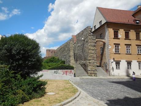 Mestské hradby - vstup od Dómu
