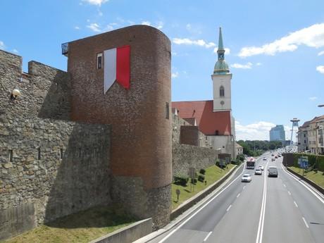 pohled na hradby, dóm svatého Martina a most SNP