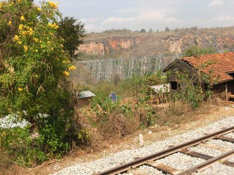Gogkteik leží na trati medzi mestami Hsipaw a Pwin U Lwin