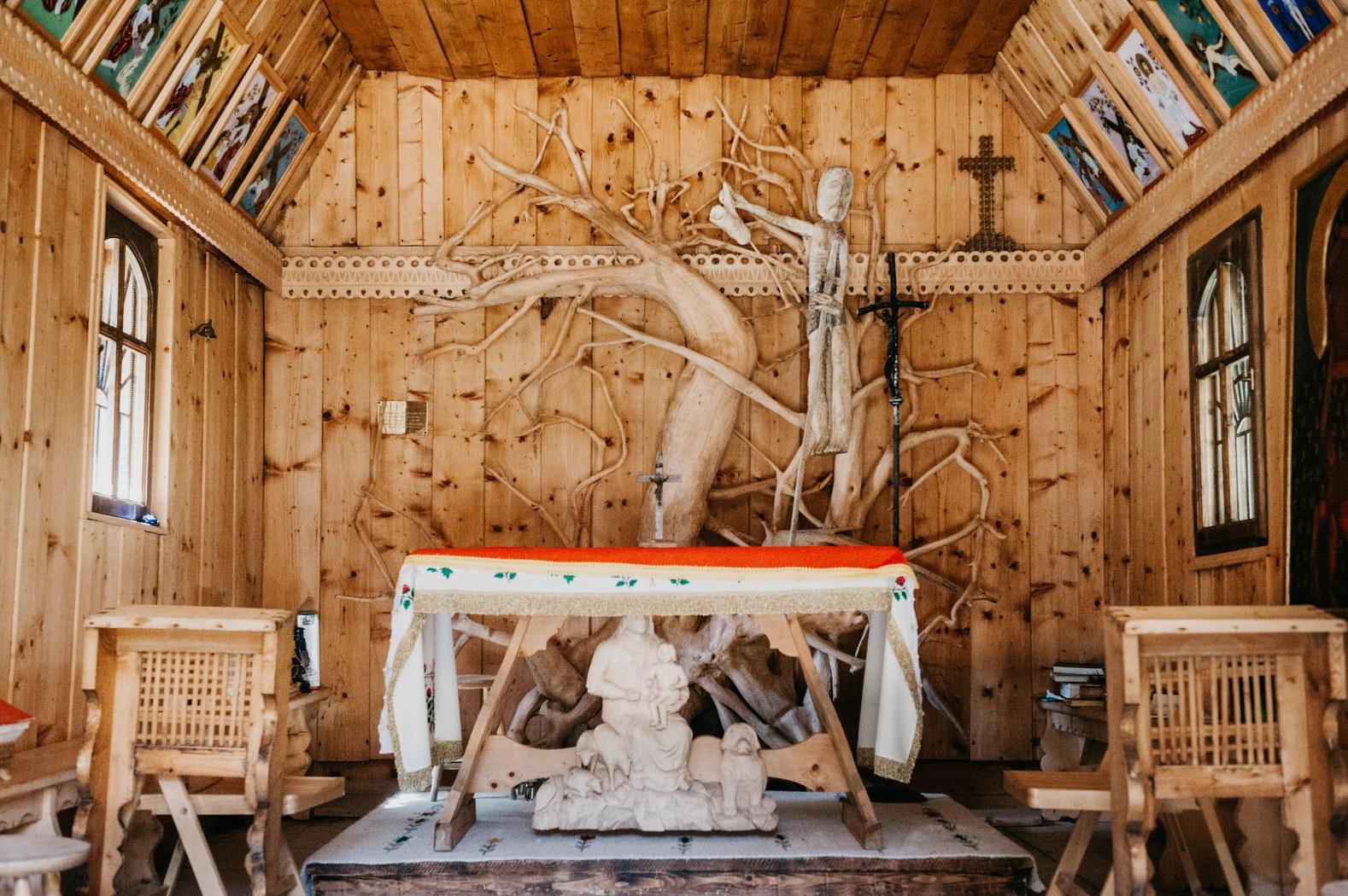 Поляна Хохоловская – пастушьи срубы (Бацовка)– горная часовня (интерьер)