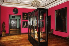 expozice historických hodin, obrazů a soch