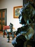 historické exponáty ve výstavních prostorách