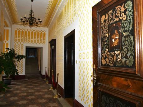 V chodbách zámku