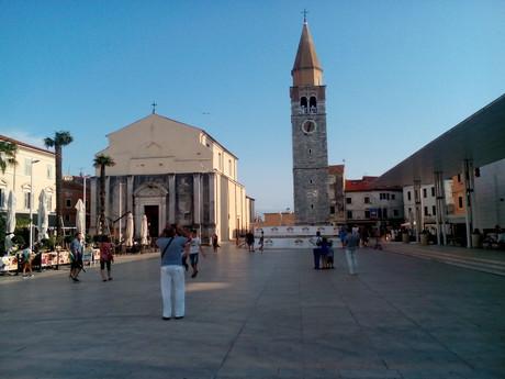 Умаг - Площадь Свободы с костелом в стиле барокко