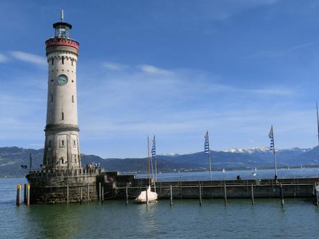 маяк сторожит город днем и ночью